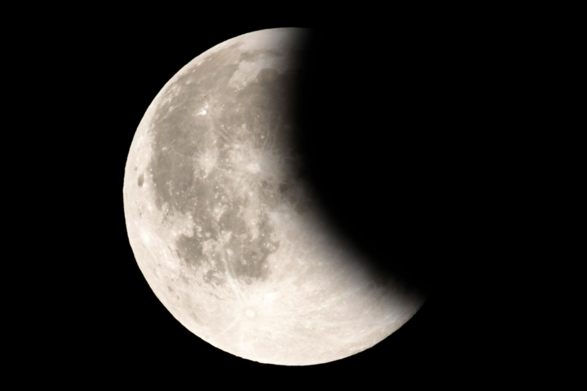 Vid en partiell månförmörkelse blir månen inte röd som under en total månförmörkelse.