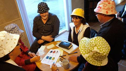 TÄNKARHATT Laholms kommunchefer har nu 60 hattar i olika färger att välja bland när de ska tänka nytt.