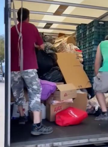 Lastbilar med förnödenheter till invånare på Evia packades fulla innan avfärd.