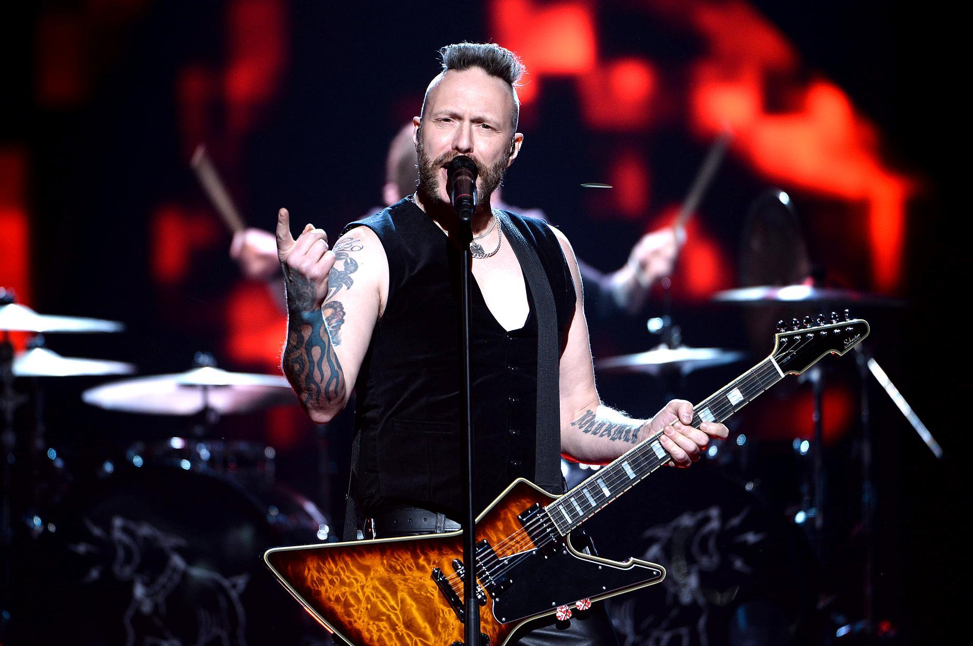 Mustaschs Ralf Gyllenhammar på Melodifestivalens scen i en mellanakt 2017.