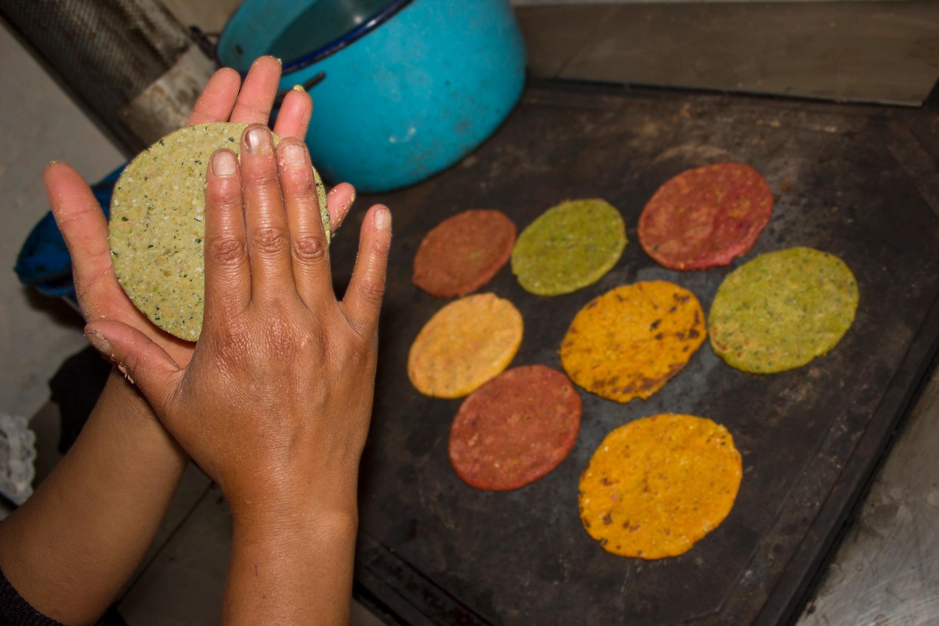 I norra Mexiko görs tortillas mestadels av mjöl, medan de i södra Mexiko vanligtvis görs av majs.