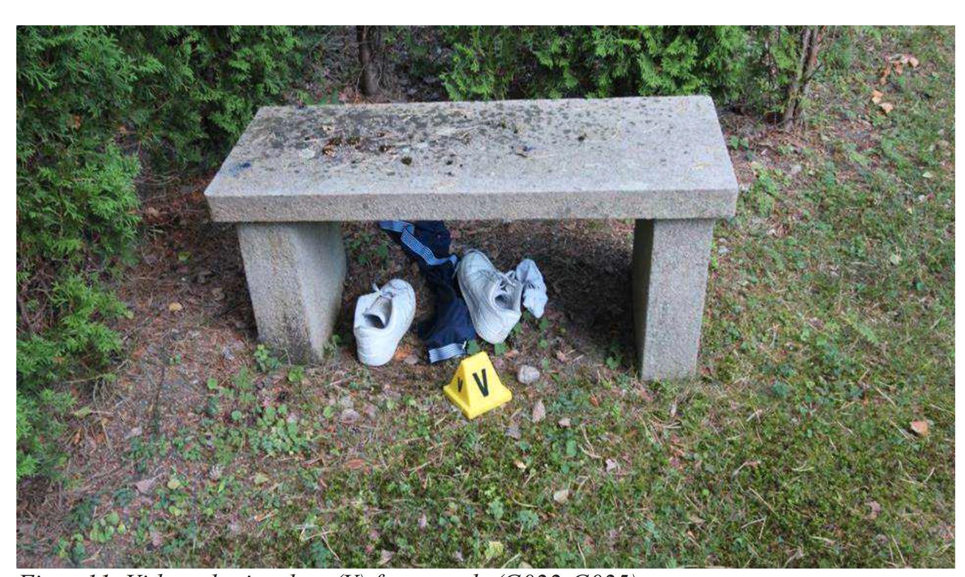 Pojkarnas kläder under en bänk på kyrkogården.