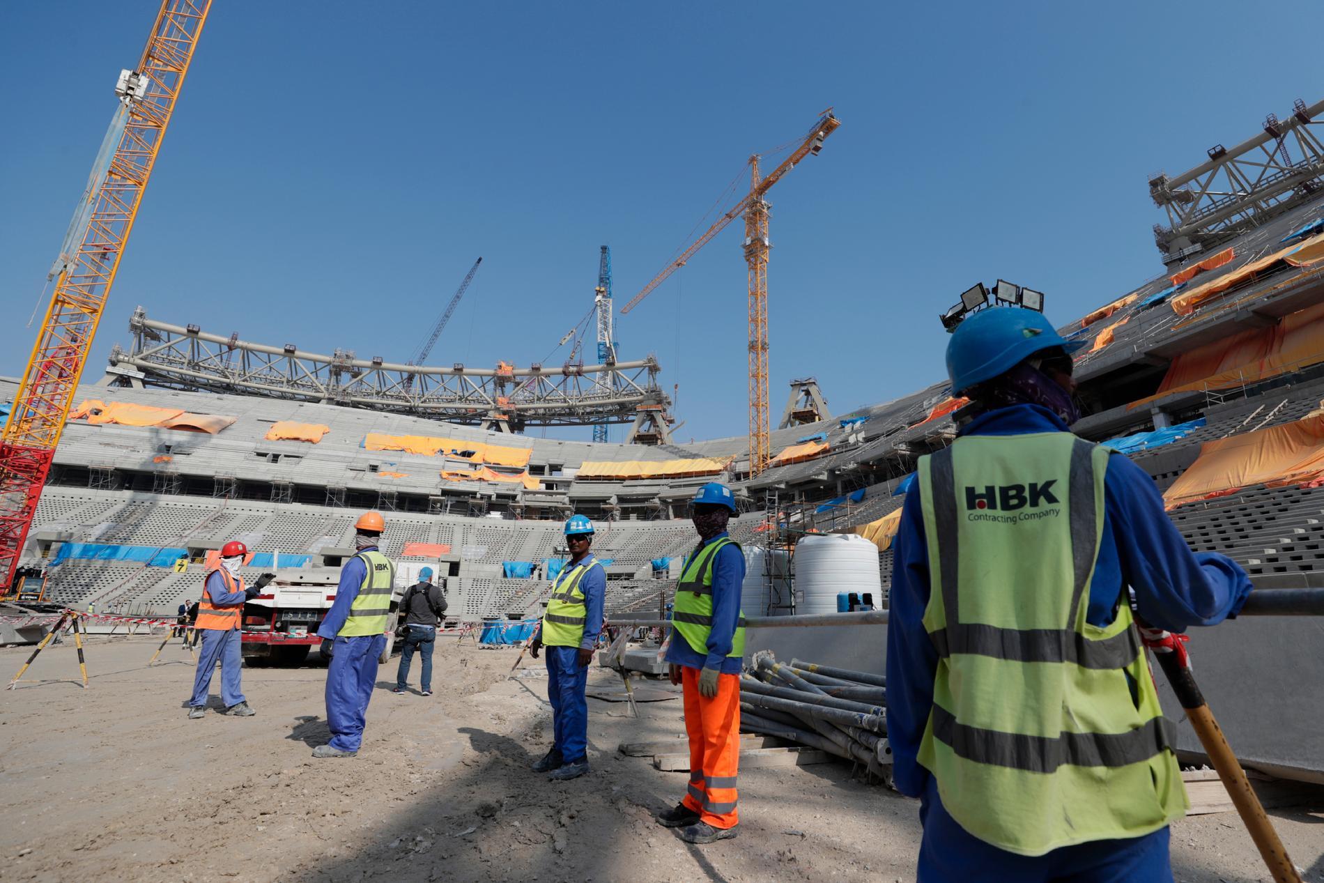 Tusentals arbetare har dött under det pågående arbetet med att bygga arenor i Qatar, uppger The Guardian.