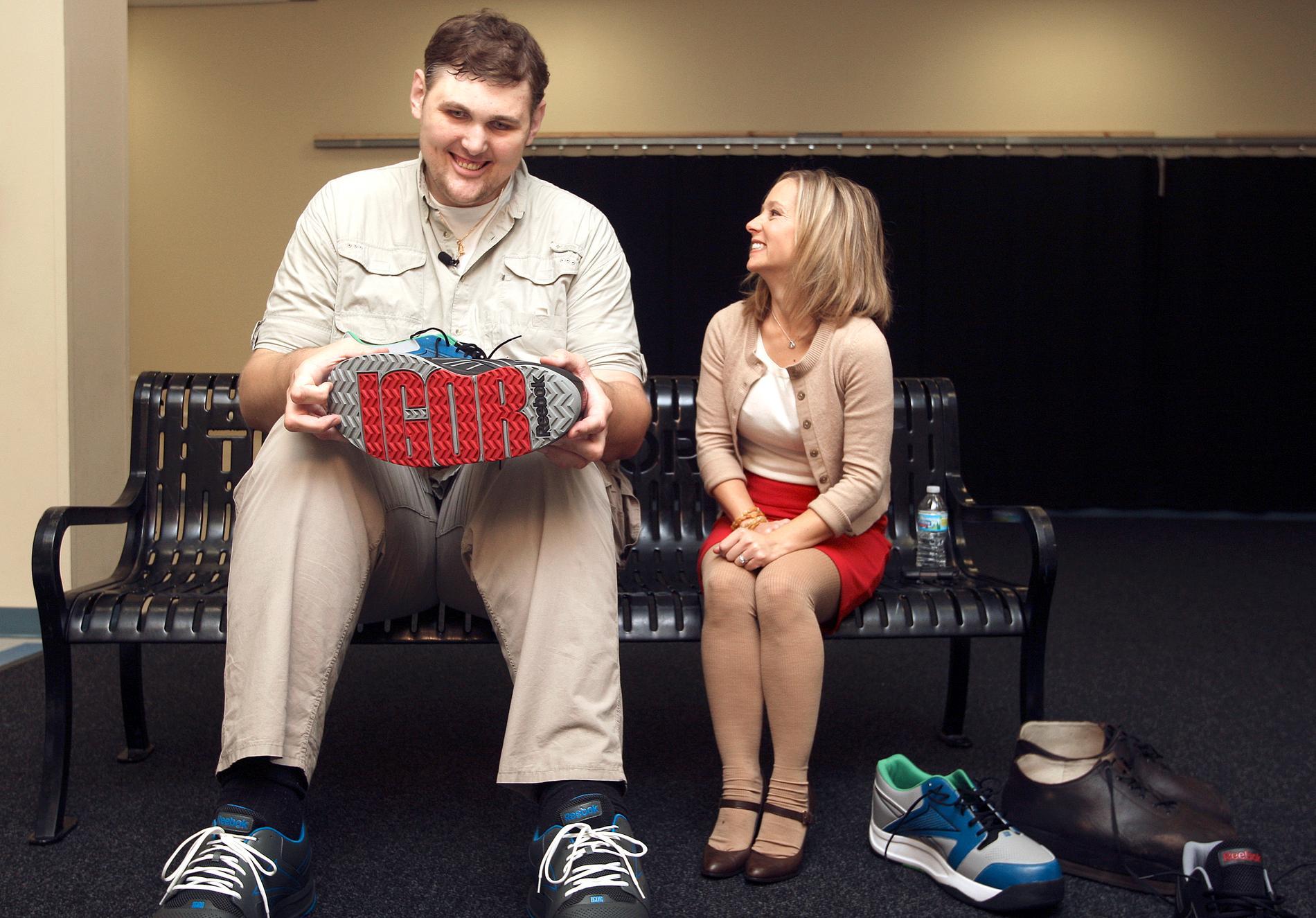 2012. Igor Vovkovinskiy visar upp sina enorma skor som han fått specialtillverkade av ett sportskoföretag i amerikansk storlek 24, där storlek 10 motsvarar en svensk 43:a.