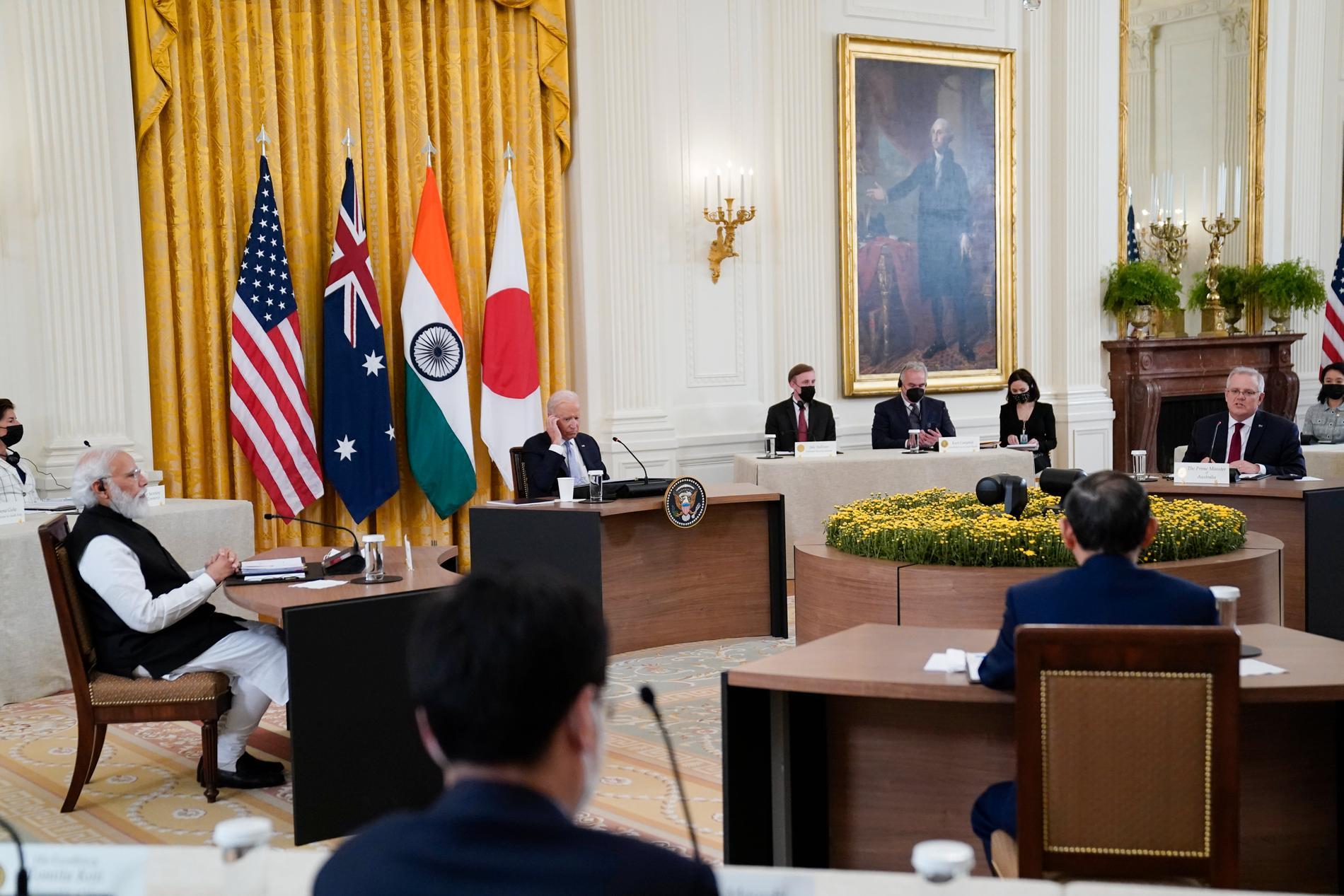 USA:s president Joe Biden (i mitten) tar emot Indiens premiärminister Narendra Modi (till vänster), Australiens premiärminister Scott Morrison (till höger) och Japans premiärminister Yoshihide Suga (till höger med ryggen mot kameran), i Vita huset.