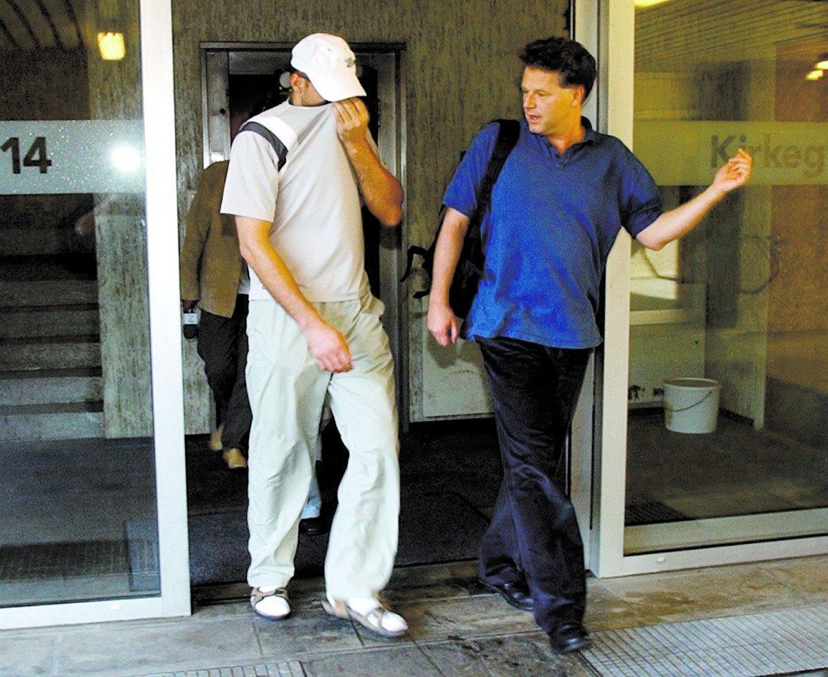 Här släpps smugglaren Den kosovoalbanske knarksmugglaren är på väg från häktet i sällskap med sin advokat Øystein Storrvik (till höger).