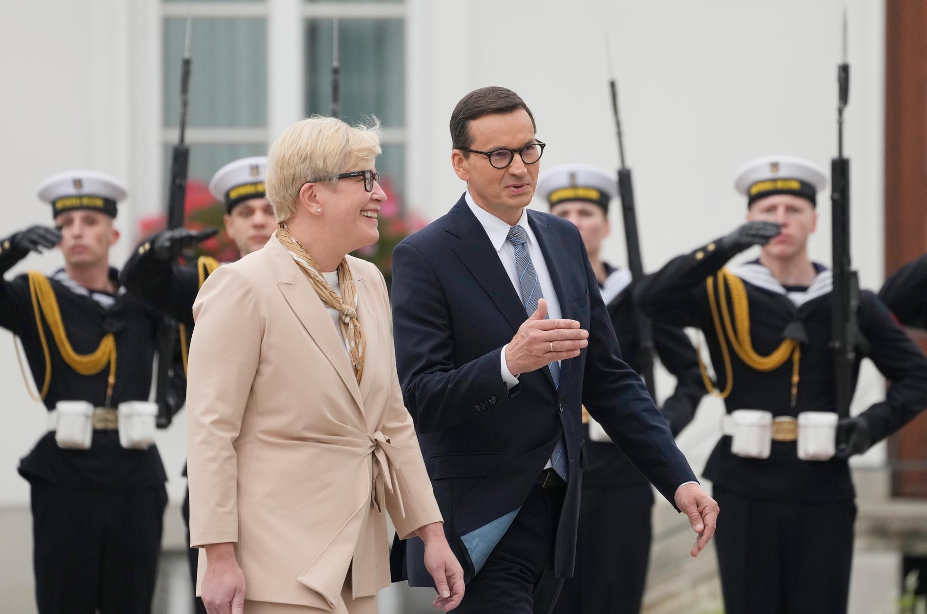 Litauens premiärminister Ingrida Simonyte välkomnades på fredagen av Polens premiärminister Mateusz Morawiecki på ett besök för att diskutera migranttrycket som länderna upplever på gränsen till Belarus.