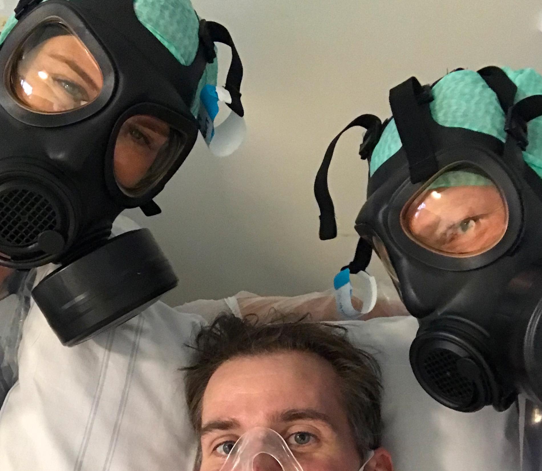 """""""En selfie med två av mina fantastiska sjuksköterskor på MIVA (intensiven) på Södersjukhuset i Stockholm,"""" berättar Christofer Kalajo."""
