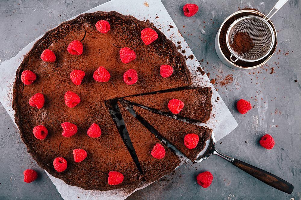 Kladdkaka – toppad med kakao och hallon