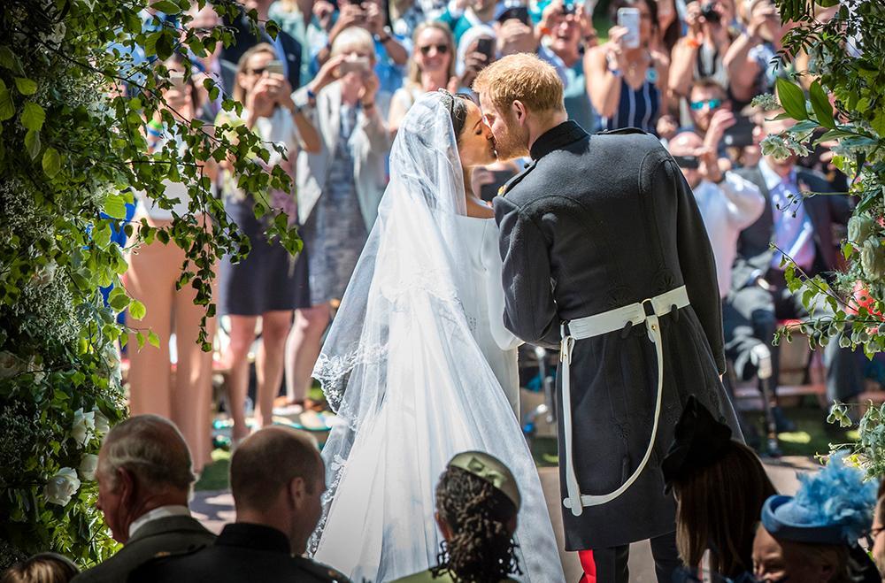 Runt 600 gäster var bjudna till vigseln i kyrkan. Utanför väntade tusentals människor på att få se brudparet.