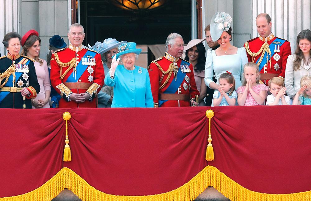 Prins Andrew tillsammans med drottning Elizabeth och resten av kungafamiljen. I dag får han inte längre arbeta som kunglighet.