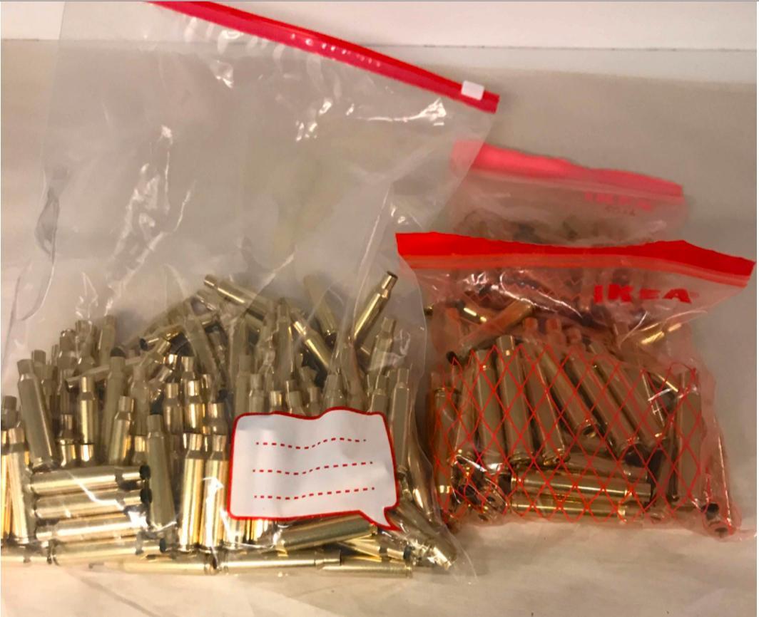 Några av sakerna, däribland tomhylsor, kulor och knivar, hade köpts på Tradera.