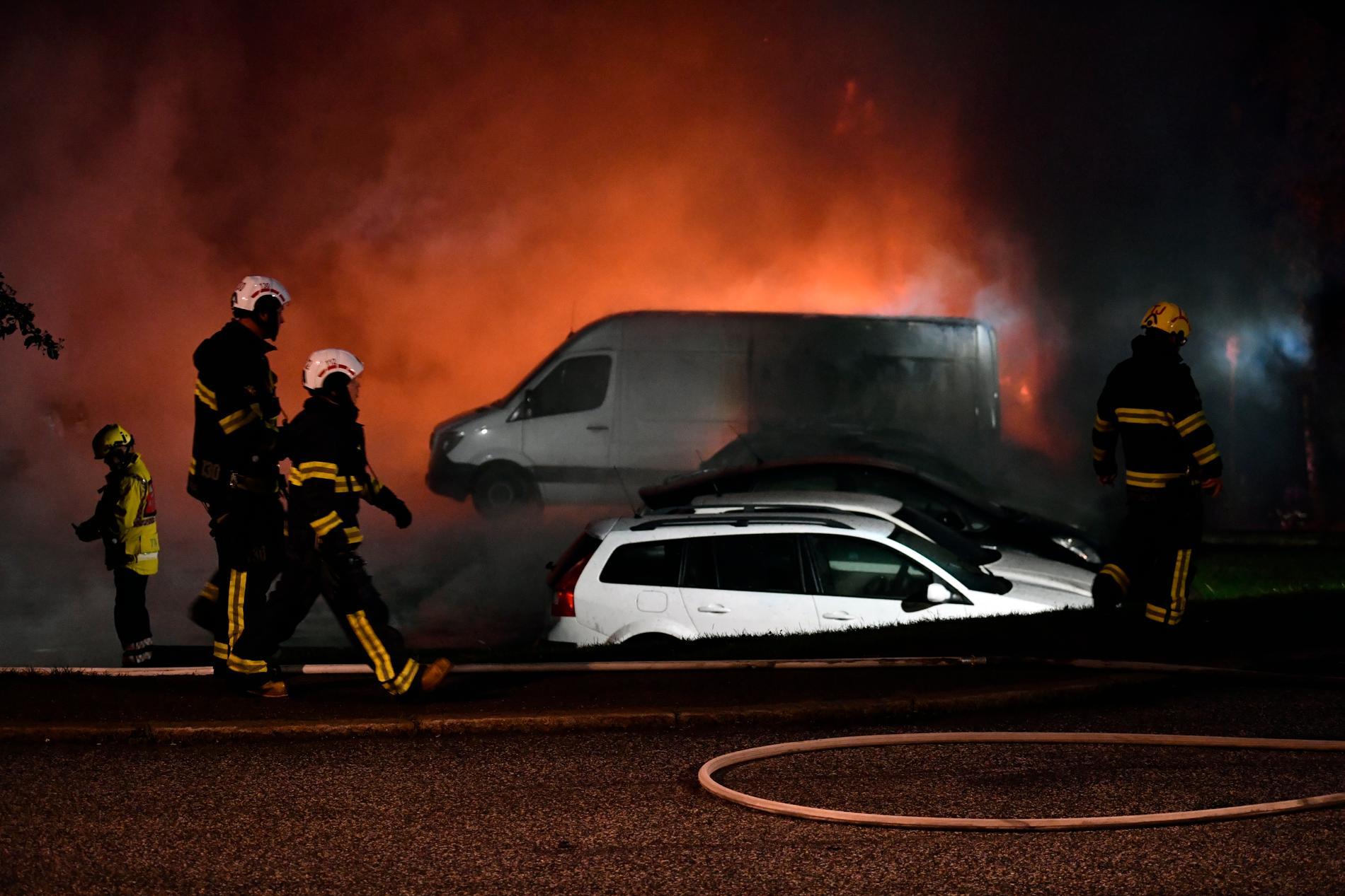 Nära 200 bilar brinner i ett garage i Märsta.