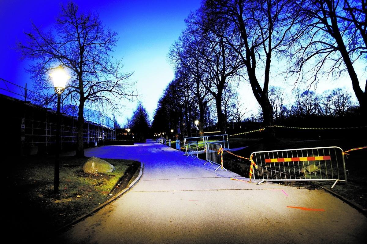 """våldtogs på kyrkogården Flickan har vittnat om att den misstänkte 42-åringen våldtog henne vid Östra kyrkogården i Jönköping. Han hade också sex med henne i terrängen ovanför en skola i stan – och flera gånger i den lägenhet där han bodde med sin mamma. """"Han stoppade i en liten flicka knark och våldtog henne. Sedan går han fri för att hon tar livet av sig. Det är förfärligt"""", säger en vän till flickans familj."""