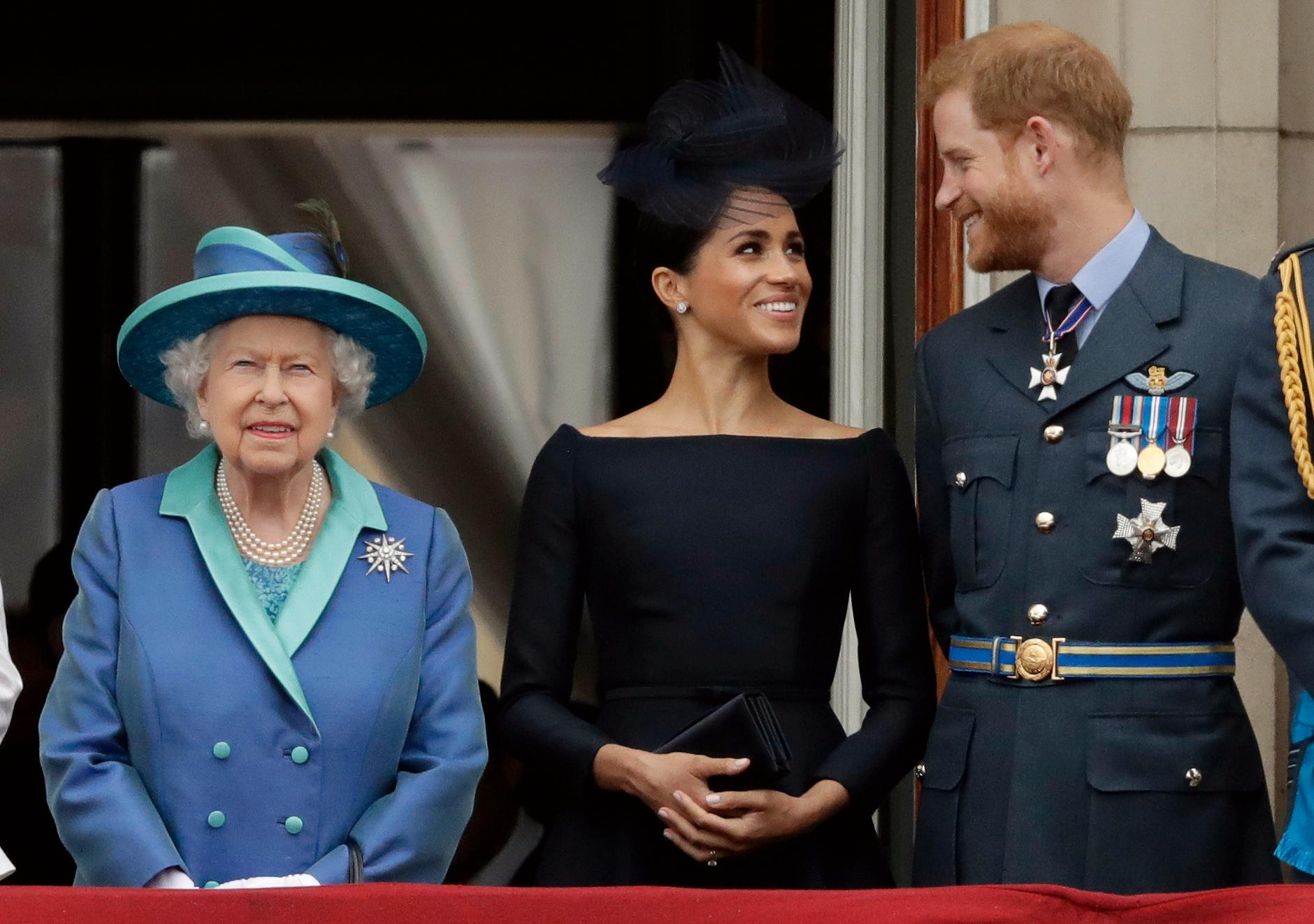 Drottning Elizabeth, Meghan Markle och prins Harry.