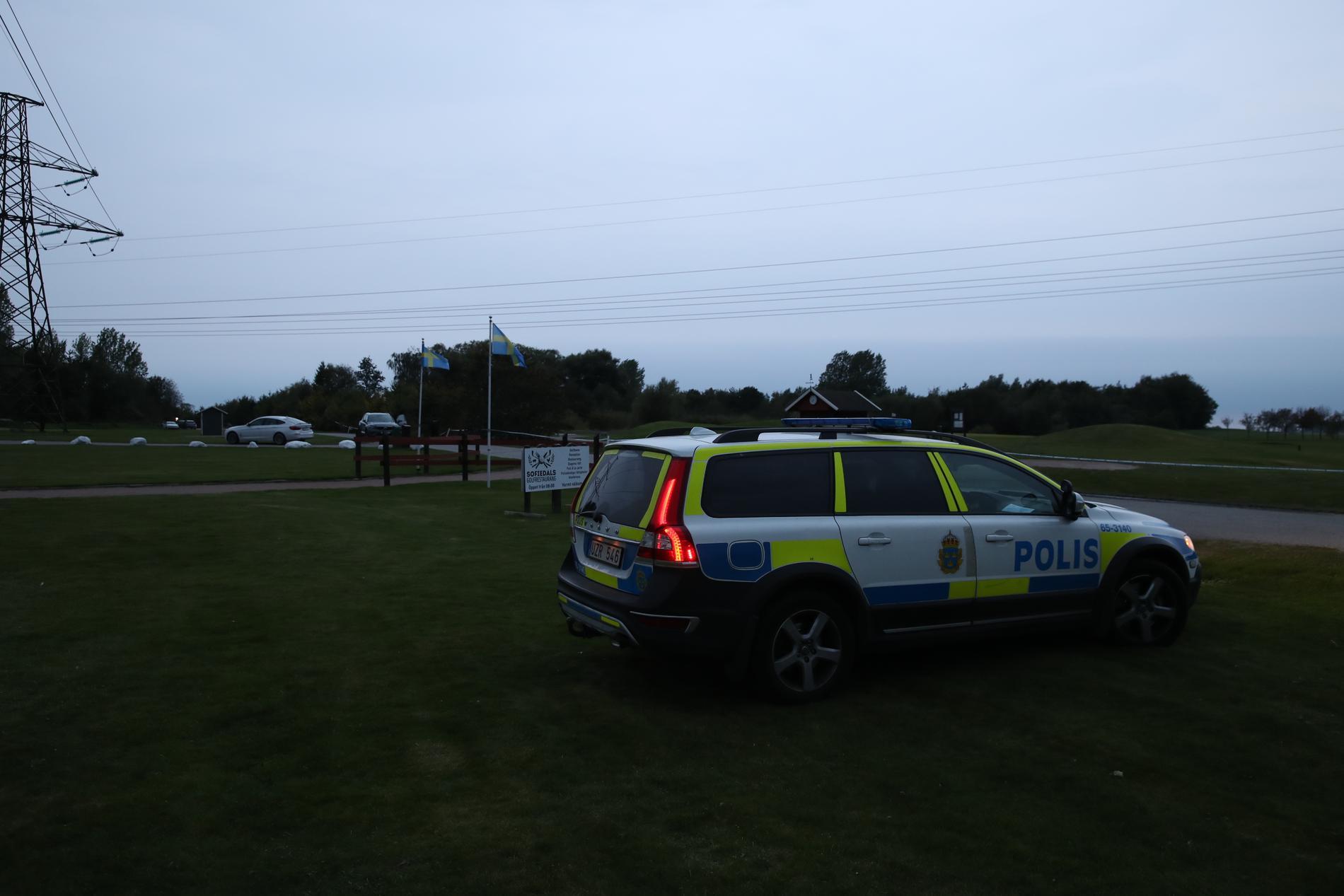 Polisen har spärrat av ett större område.