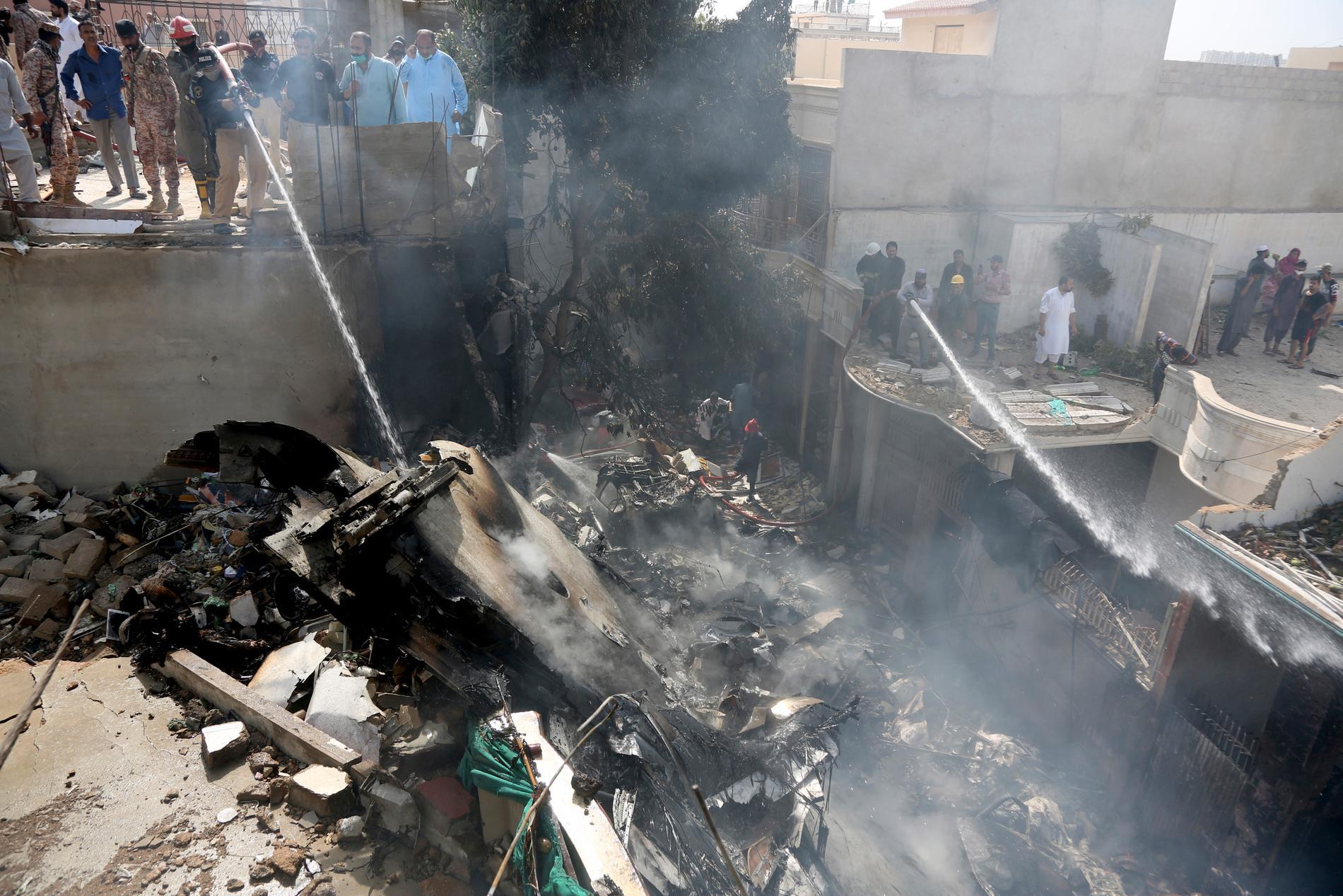 Ett passagerarflygplan har störtat i ett bostadsområde i staden Karachi i Pakistan.
