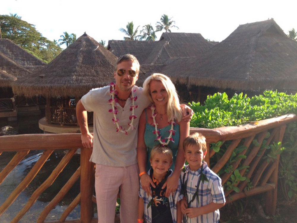 GLAD FJÄRDE JULI! Britney Spears hälsar till sina fans från Hawaii där hon och fästmannen Jason Trawick firade nationaldagen.