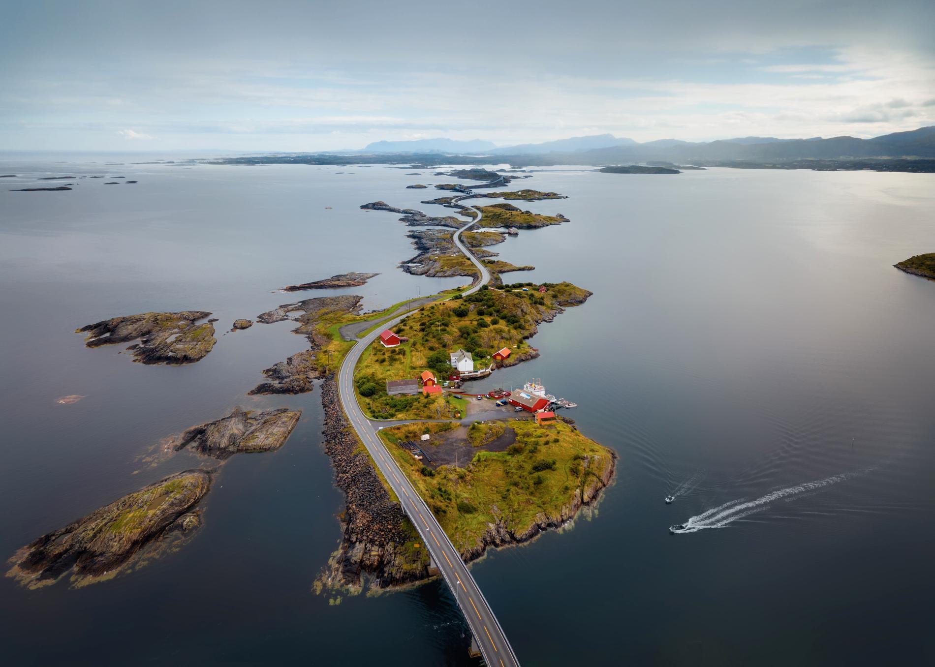 På Atlanthavsvägen kan du köra över broar och öar.