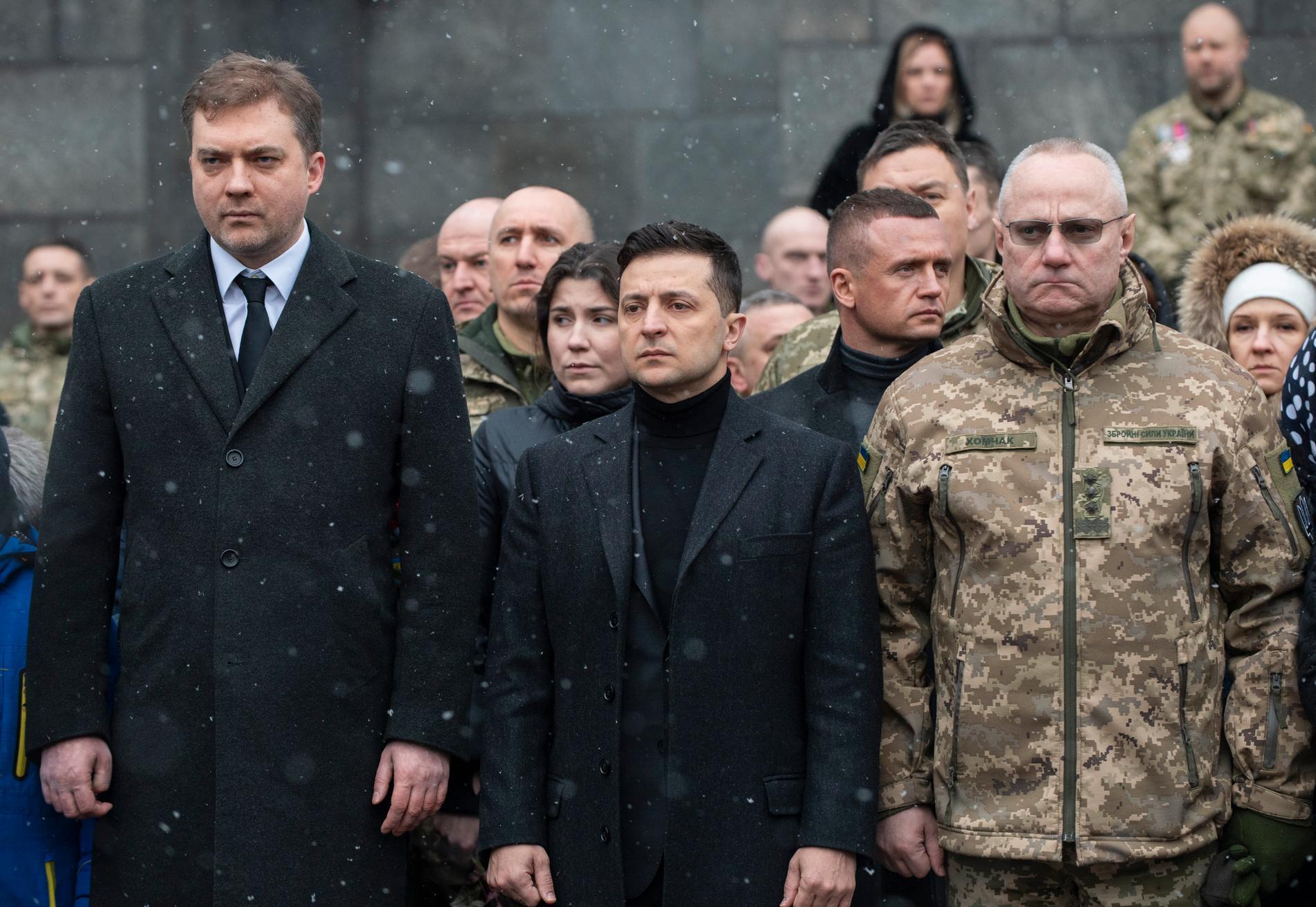 Ukrainas president Volodymyr Zelenskyj (i mitten) har avsatt Ruslan Khomochak, chef för den militära generalstaben (till höger). Arkivbild.