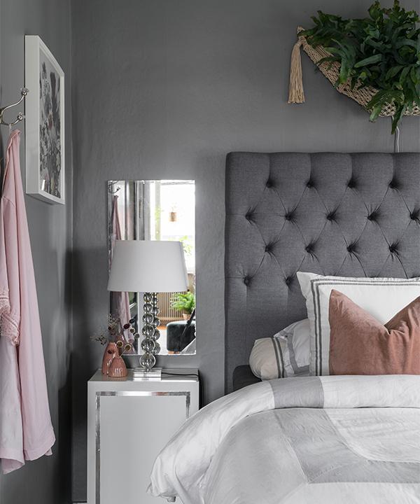 Sängborden är egentligen tv-bänkar från Ikea som Emelis ställt på högkant i stället och dekorerat med silverfärgad dekortejp som en list. Lamporna är fyndade på Blocket.