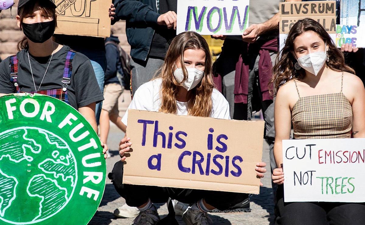 Den tyska klimataktivisten Luisa Neubauer i mitten, vid Friday for futures klimatstrejk i Stockholm i augusti i år. I dag strejkar organisationen i 420 tyska städer.