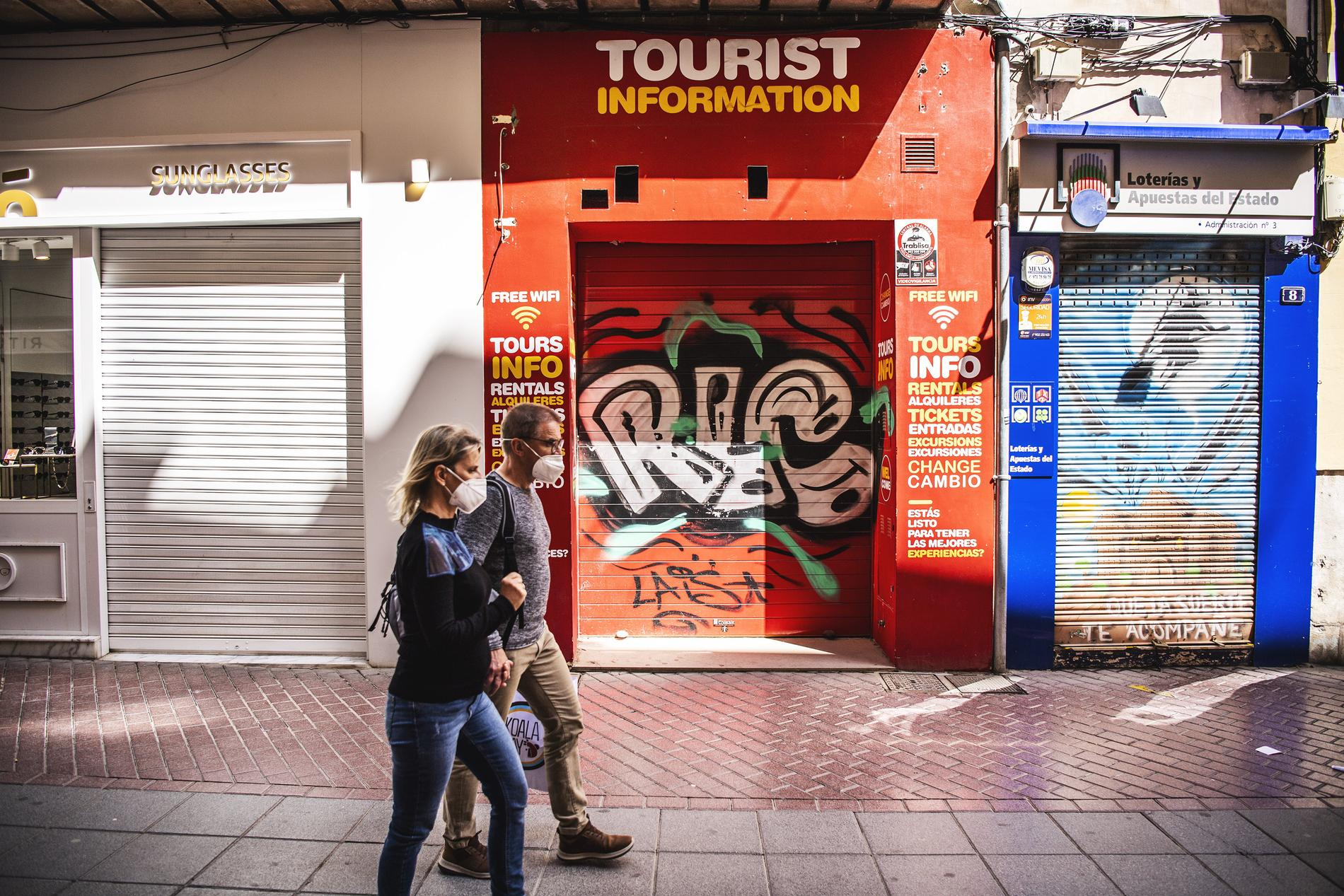 Människor med munskydd i Palma på Mallorca.