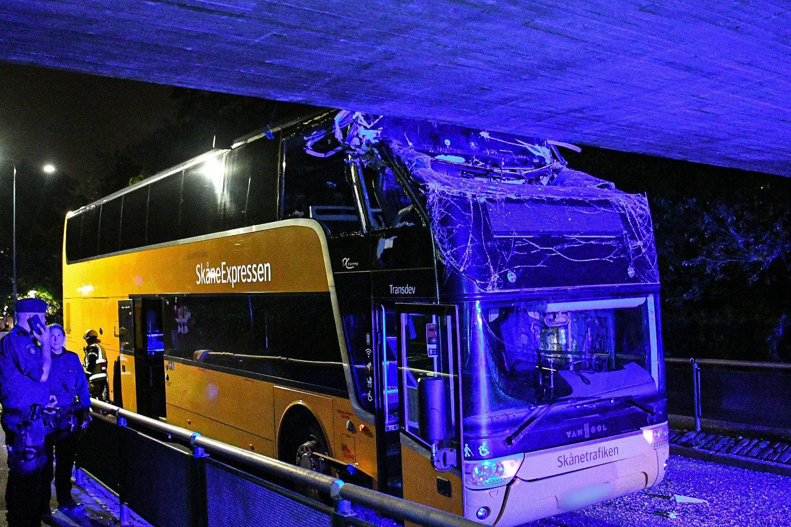 Bussen körde in i viadukten.