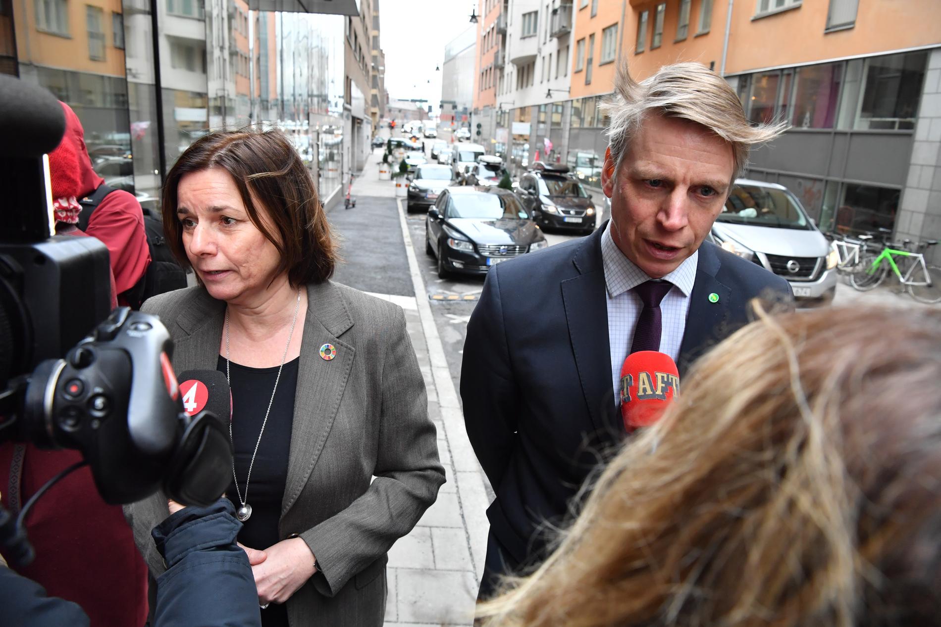 Miljöpartiets språkrör Isabella Lövin och Per Bolund pratar med journalister i samband med regeringens möte med partiledarena om coronaviruset, på regeringskansliet i Stockholm.