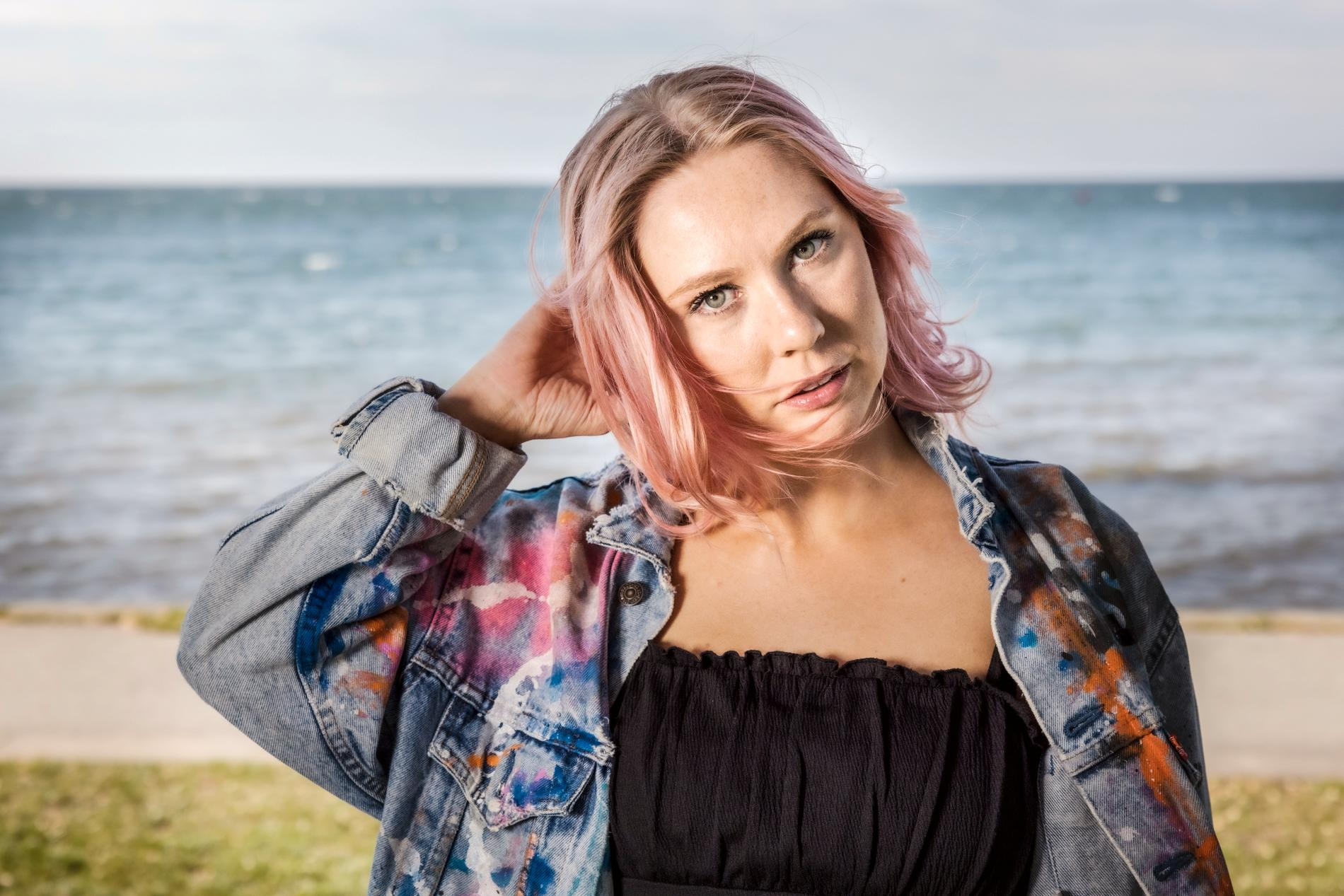 """Clara Klingenström slog igenom i Melodifestivalen i år. Bidraget """"Behöver inte dig idag"""" skrev hon efter att ha lämnat en våldsam relation."""