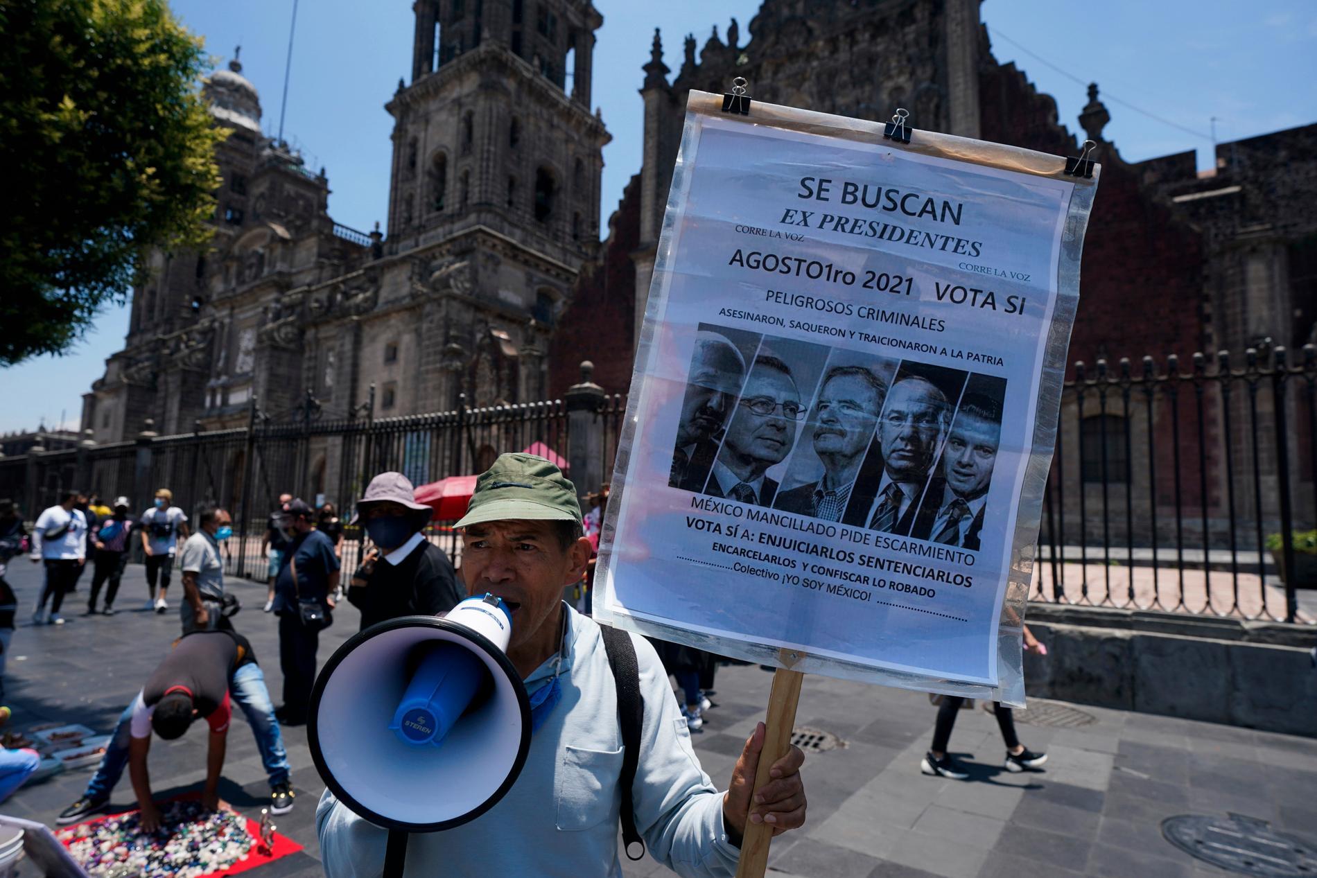 En man i Mexico City uppmanar mexikaner att rösta ja inför folkomröstningen den 1 augusti.