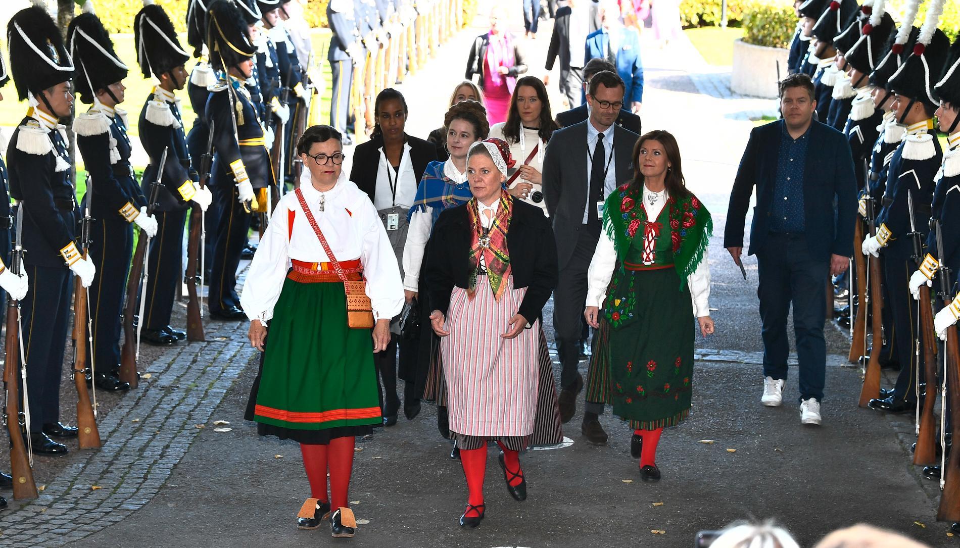 Ministrarna Anna Ekström, Magdalena Andersson, Eva Nordmark och Amanda Lind anländer till riksmötets öppnande i folkdräkt.