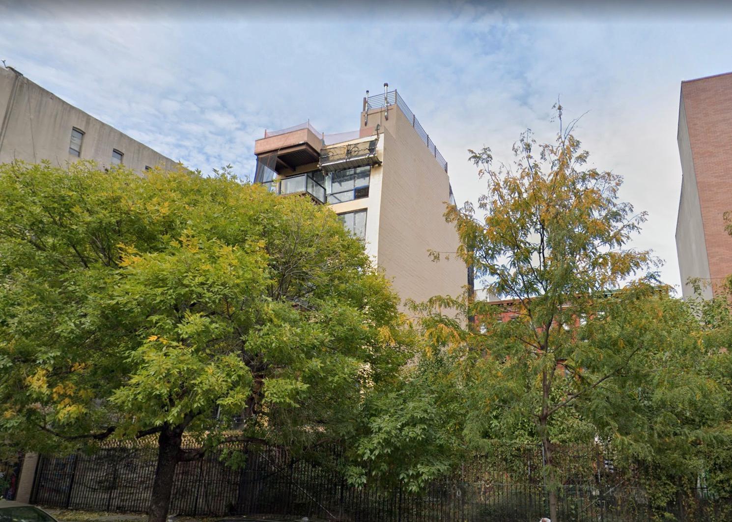 Eva Dahlgrens och Efva Attlings lägenhet ligger högst upp i fastigheten och har en takterrass med utsikt över Manhattan