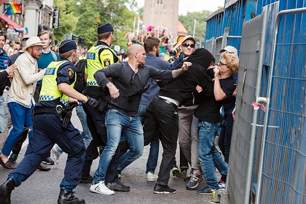 """""""Vår frihet, den som vi länge ensamma fick kämpa för, den behöver vi nu hjälp att försvara. Hatet och hotbilden mot HBTQ-personer och Pridefestivaler ökar."""" Det skriver HBTQ-rörelsen gemensamt. (Bilden är från Stockholm Pride som attackerades av cirka 15 högerextrema i augusti i år)."""