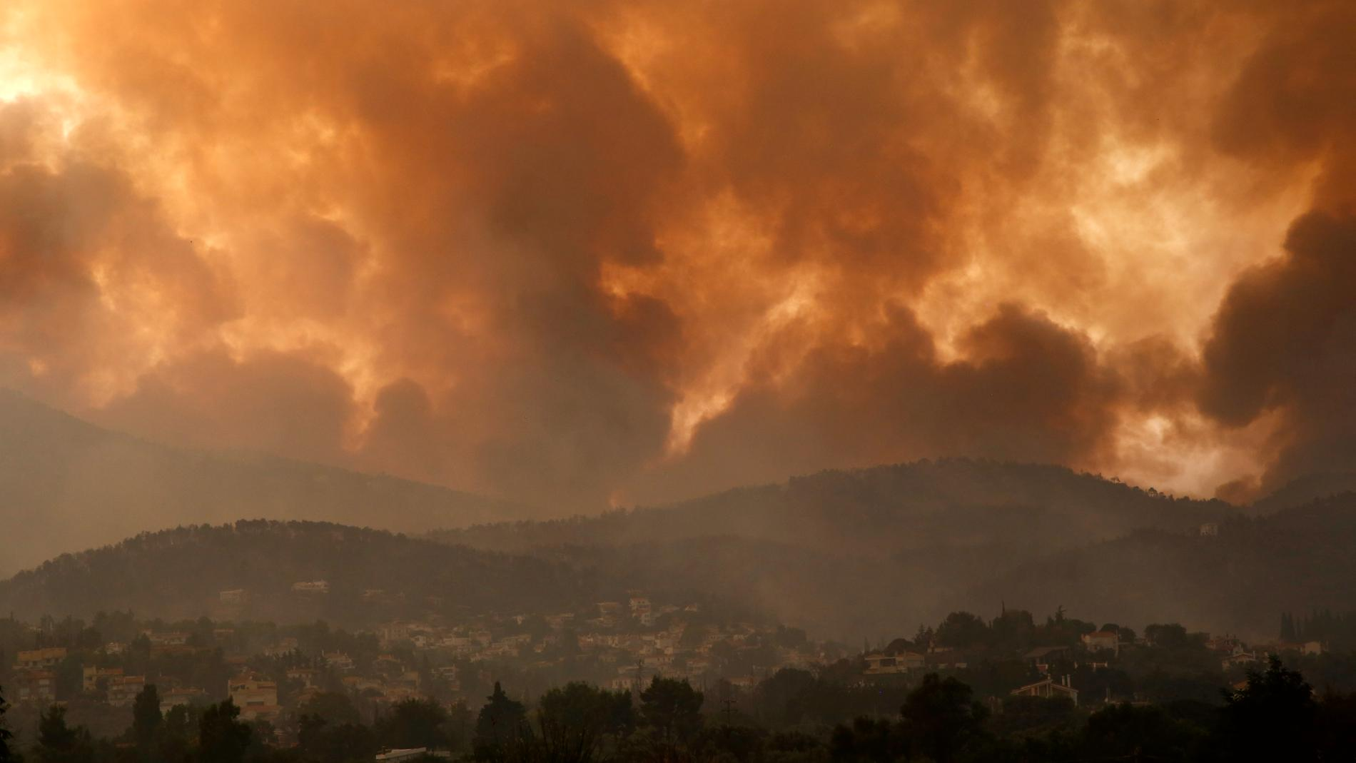 Rök sprider sig över berget Parnitha och byn Ippokratios Politia, 35 kilometer från huvudstaden Aten.