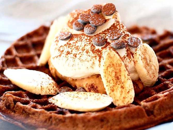 Chokladvåffla med dulce de leche, grädde och banan av mästerkocksvinnaren Catarina König.