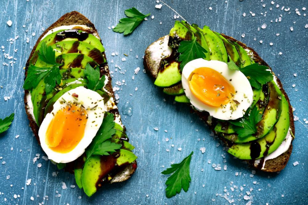 Avokadomacka med ägg.
