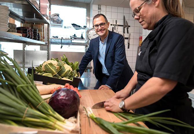 Arash Derambarsh är i Sverige för att ta emot pris för sin kamp mot matsvinn. Här hälsar han på i köket hos kocken Johanna Thorn på restaurang Dubbel Dubbel i Göteborg.