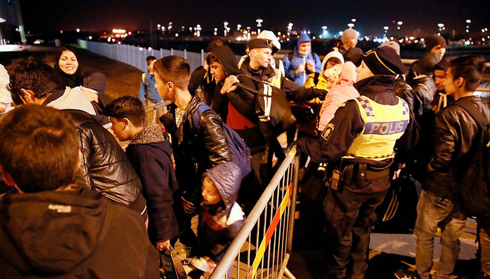 VI KAN INTE STOPPA VÄRLDEN Betydligt större rörlighet av människor är ett faktum, konflikter påverkar oss och framtidens samhällen kommer vara betydligt mindre homogena. Detta är förutsättningar för politiken - inte ämnen för debatt. Bilden visar gränskontrollen vid Hyllie i Malmö.
