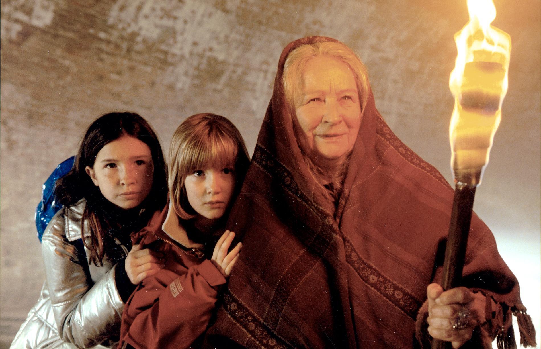 """Med Rebecca Scheja och Karin Bogaeus i """"En häxa i familjen""""."""