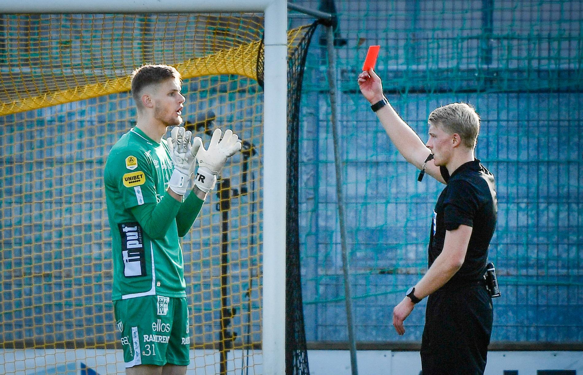 Elfsborgs målvakt Tim Rönning fick rött kort i 0–4-utklassningen borta mot Mjällby.