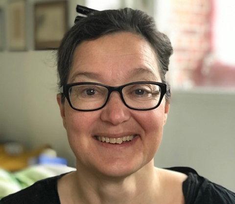 Katrin Adrian, vårdenhetsöverläkare på barnakutmottagningen vid Drottning Silvias barnsjukhus i Göteborg har vårdat flera barn med RS-virus under sommaren och uppmanar alla att hålla förkylda barn hemma.