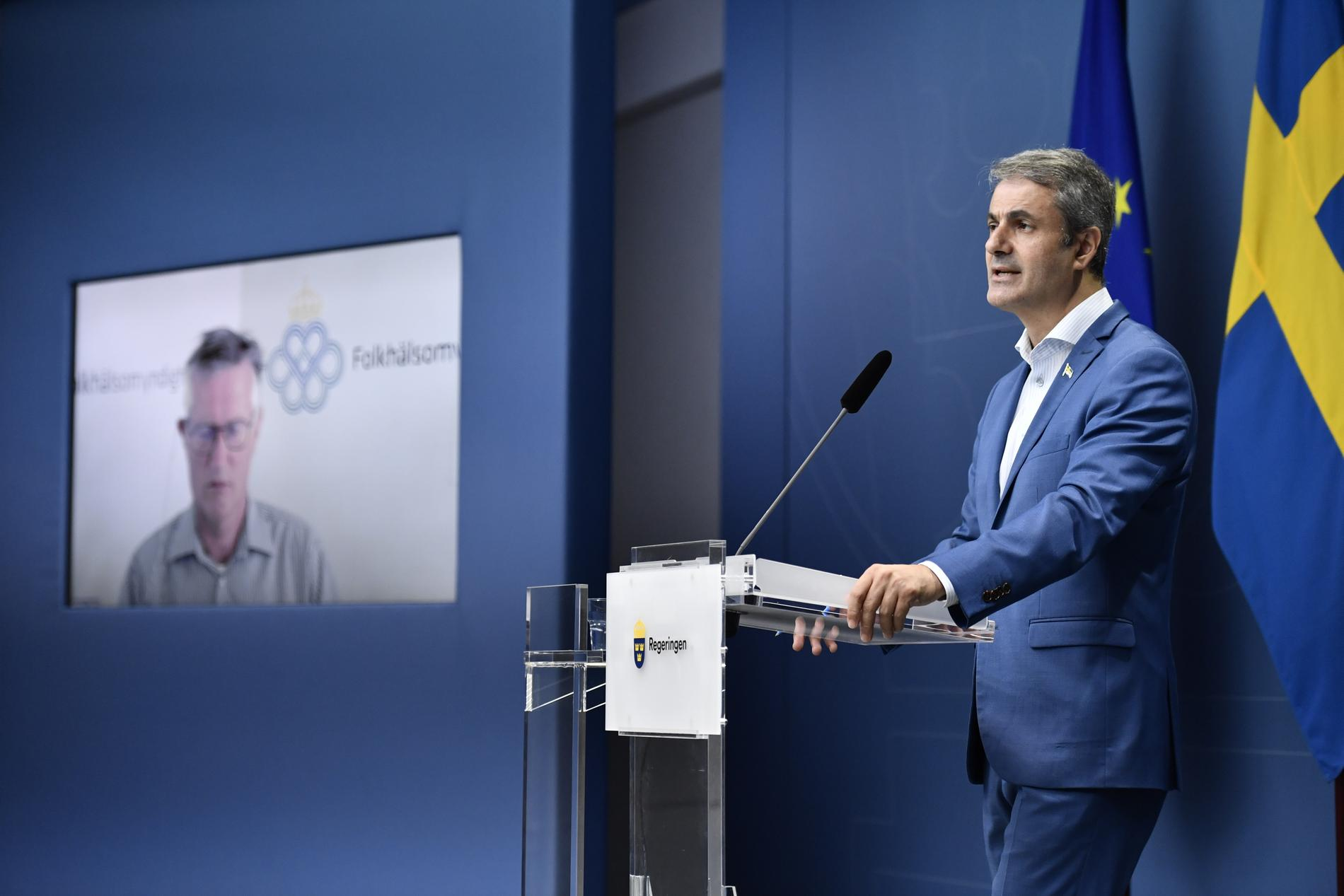 Näringsminister Ibrahim Baylan (S) och statsepidemiolog Anders Tegnell (t.v.) vid en digital pressträff med anledning av regeringens plan för avveckling av restriktioner.