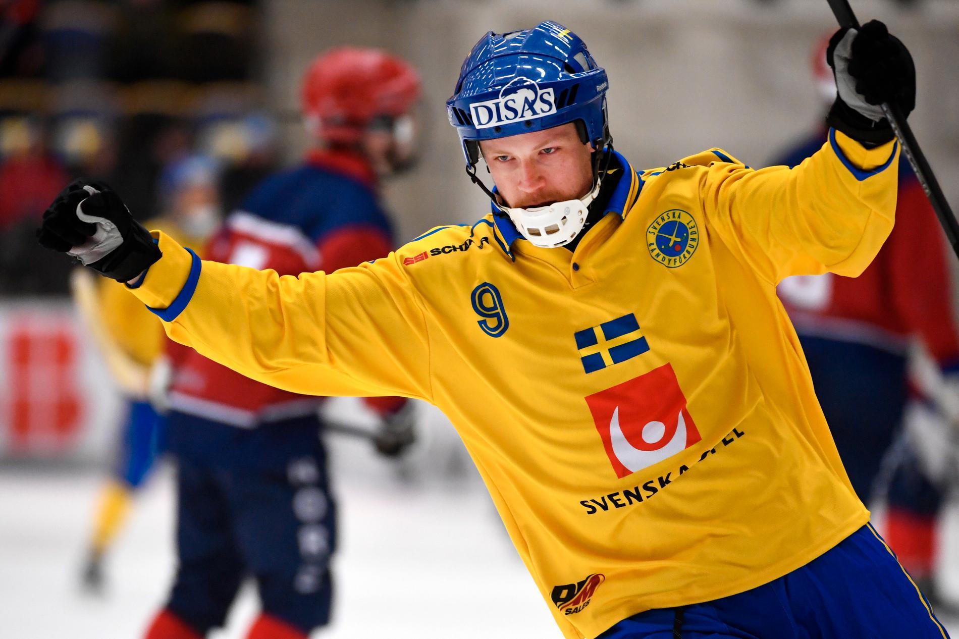 Johan Löfstedt firar ett av sina mål.