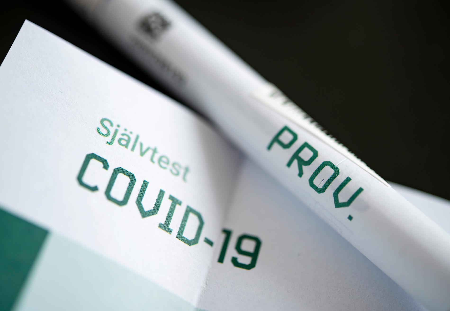 Självtest för eventuellt pågående Covid-19 infektion med provtagningspinne i provrör och instruktioner.