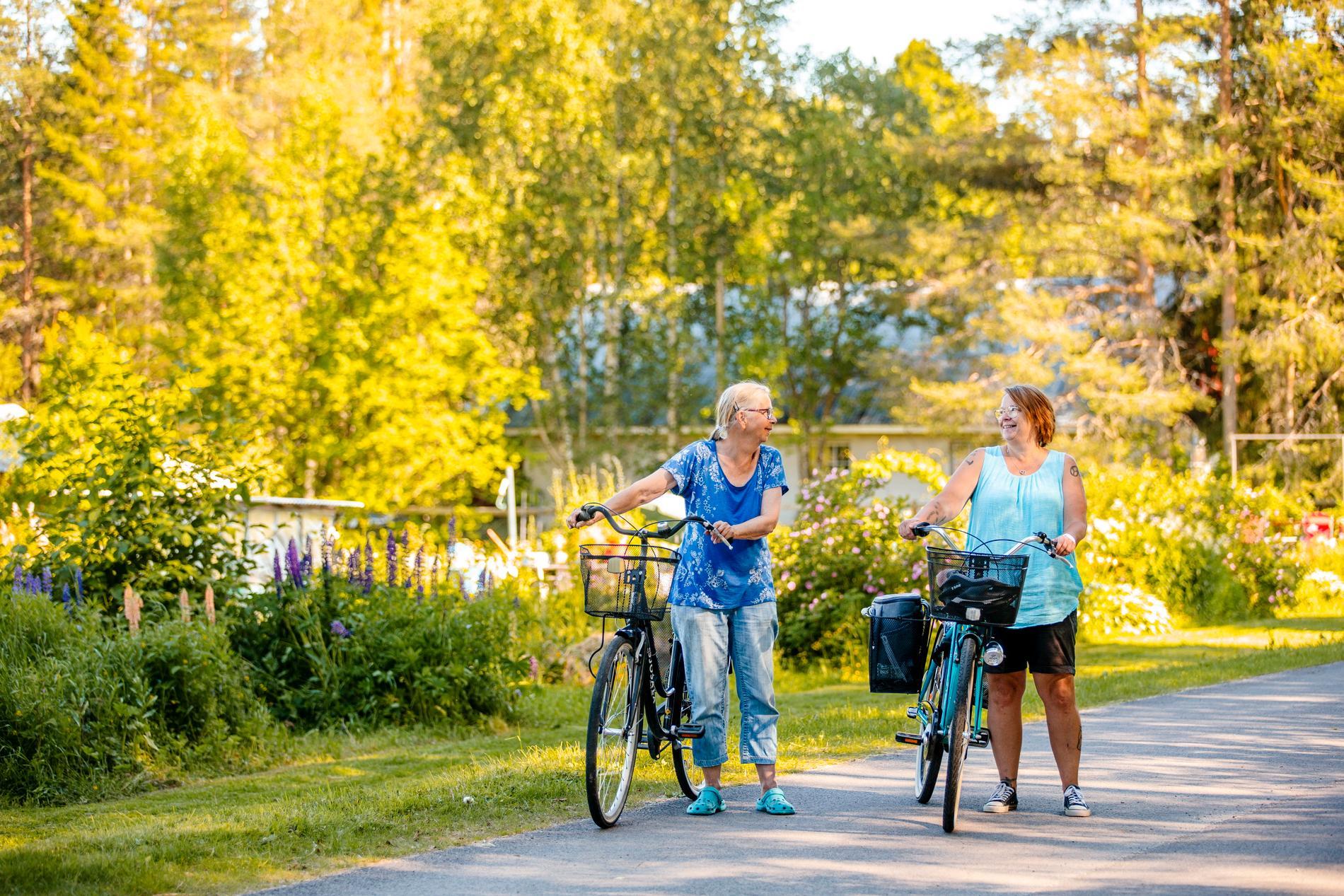 Karin Nelson, ordförande, och Madeleine Lindqvist som är sekreterare i odlingslottsföreningen Killingholm. För många spelar det sociala sammanhanget som följer med odlingslotter stor roll.