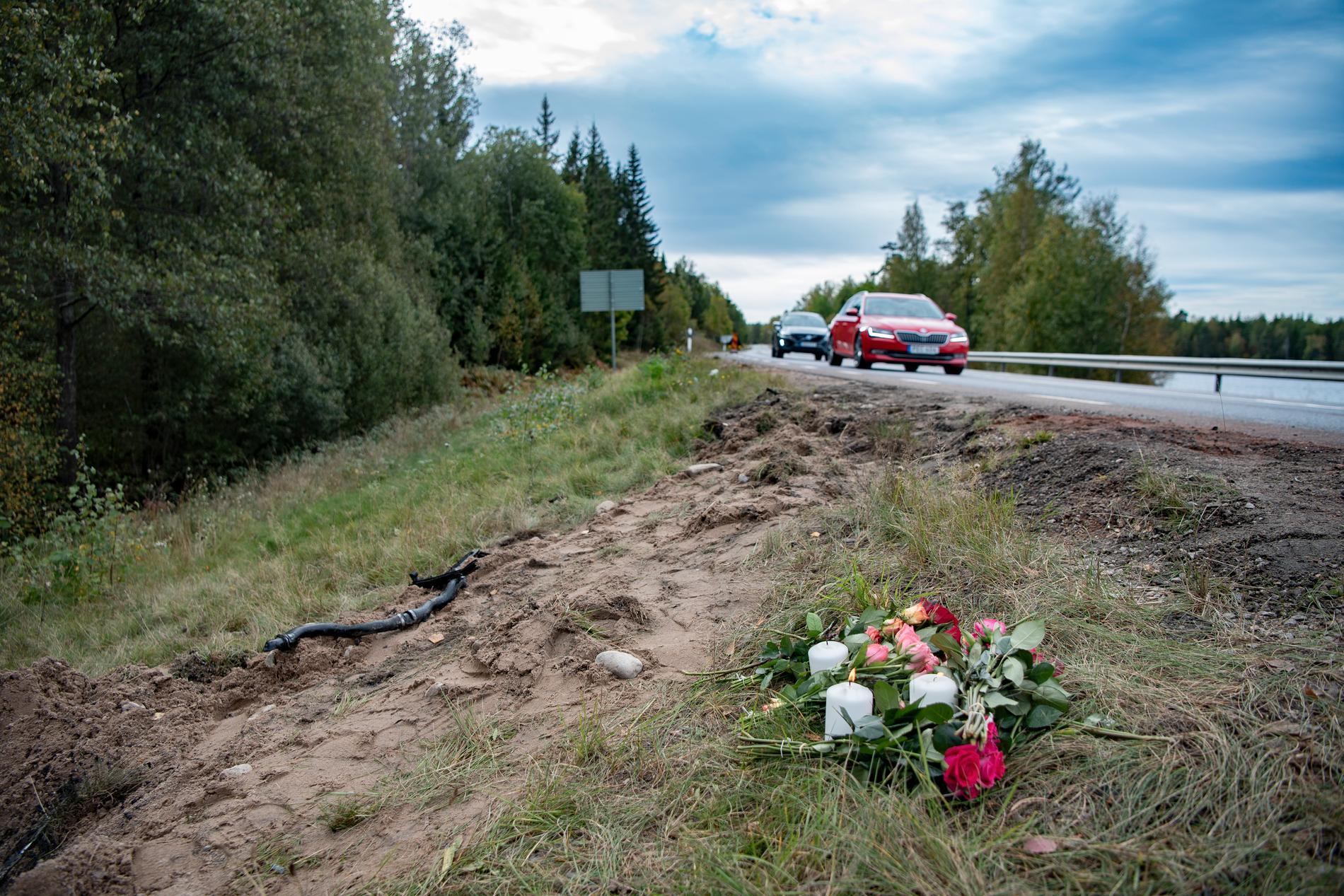 Blommor och ljus vid olycksplatsen där tre tonåringar miste livet.