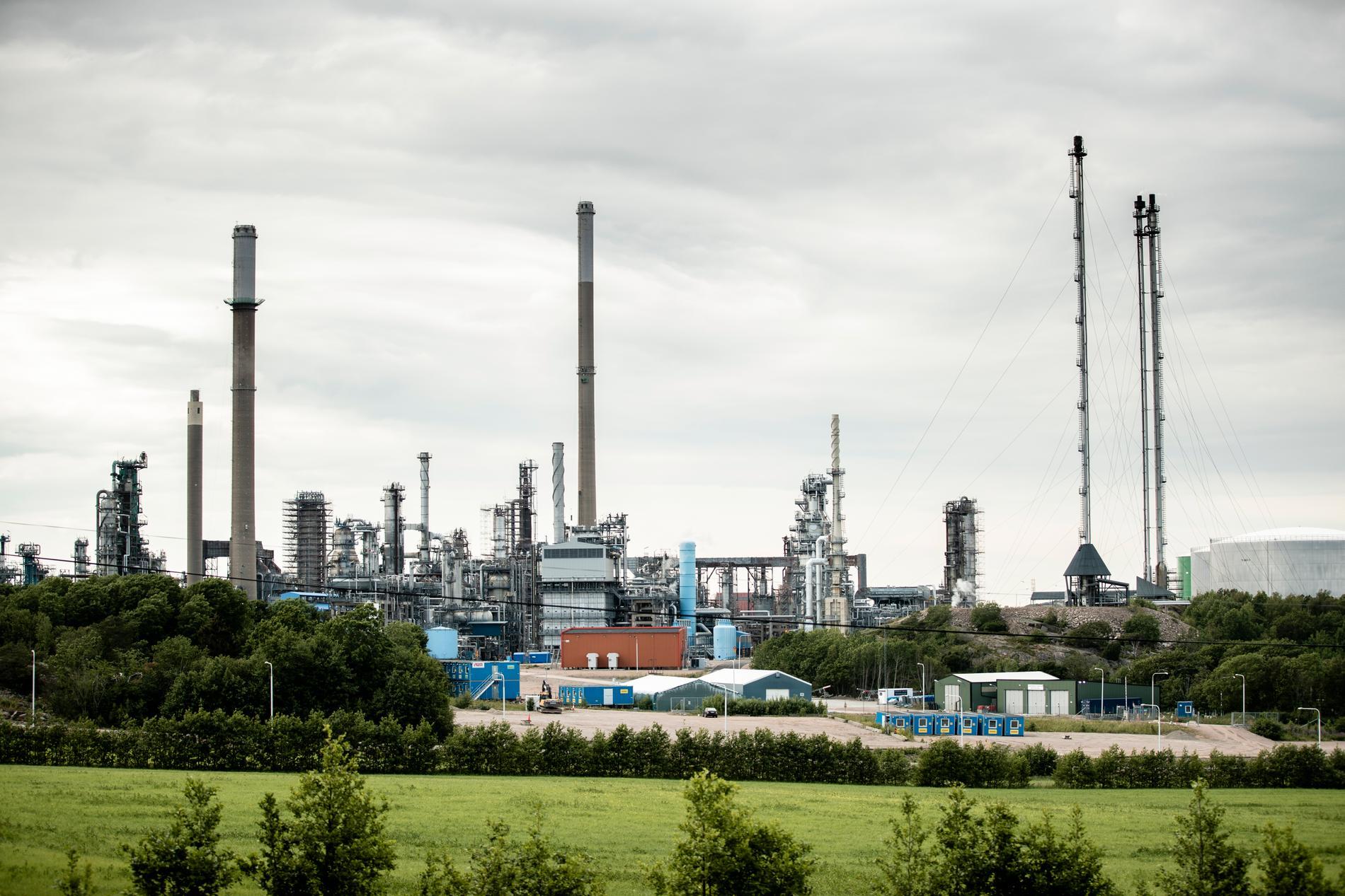 Företaget Preem vill bygga ut sitt oljeraffinaderi Preemraff i Lysekil. Det skulle göra drivmedelsjätten till Sveriges största utsläppare av klimatpåverkande gaser.