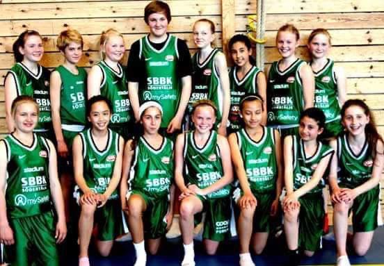 Moa Filén Hammarström, huvudet längre än sina lagkamrater i Telge Baskets flicklag.