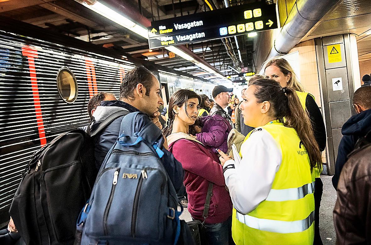 VAD HÄNDER NU DÅ?  En familj på flykt tas emot av Migrationsverkets personal på Stockholms centralstation.
